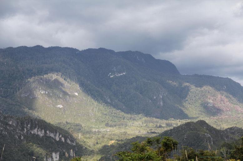 Pegunungan di wamena yang mengelilingi lembah baliem